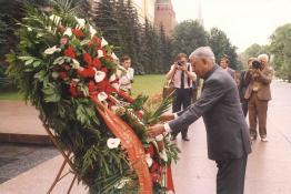 President R. Venkataraman laying wreath at the Tomb of Soldiers in Moscow